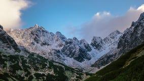 Όμορφο μεγάλο καλυμμένο τοπίο χιόνι βουνών στοκ εικόνες