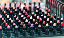 Όμορφο μεγάλο πολύχρωμο επαγγελματικό σύνολο makeup πολλών διαφορετικών ζωηρόχρωμων κραγιόν Στοκ Φωτογραφίες
