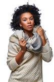 Όμορφο μελαχροινό κορίτσι δερμάτων στο πουλόβερ στοκ εικόνα με δικαίωμα ελεύθερης χρήσης