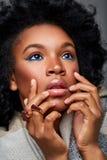 Όμορφο μελαχροινό κορίτσι δερμάτων στο πουλόβερ στοκ φωτογραφίες με δικαίωμα ελεύθερης χρήσης
