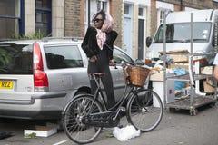 Όμορφο μεμβρανοειδές ψηλό πρότυπο κοριτσιών σε ένα μαντίλι με το ποδήλατο Στοκ Φωτογραφίες