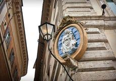 Όμορφο μενταγιόν στη γωνία του κτηρίου Στοκ φωτογραφίες με δικαίωμα ελεύθερης χρήσης