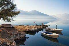 Όμορφο μεσογειακό τοπίο την ήρεμη χειμερινή ημέρα Μαυροβούνιο, κόλπος Kotor Στοκ Εικόνες