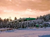 Όμορφο μικρό βενζινάδικο για τον ανεφοδιασμό σε καύσιμα των αυτοκινήτων με τα καύσιμα, τη βενζίνη και το diesel στο ηλιοβασίλεμα  στοκ φωτογραφίες