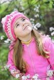 Όμορφο μικρό κορίτσι κοντά σε ένα ανθίζοντας δέντρο Στοκ Εικόνες