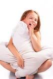 Όμορφο μικρό κορίτσι με ένα μαξιλάρι στοκ εικόνες