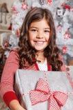 Όμορφο μικρό κορίτσι με ένα χριστουγεννιάτικο δώρο Στοκ φωτογραφία με δικαίωμα ελεύθερης χρήσης