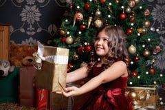 Όμορφο μικρό κορίτσι με ένα χριστουγεννιάτικο δώρο Στοκ Φωτογραφίες