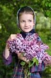 Όμορφο μικρό κορίτσι με μια ανθοδέσμη μιας ανθίζοντας πασχαλιάς υπό εξέταση Στοκ Εικόνα