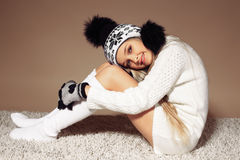 Όμορφο μικρό κορίτσι με τα μακριά ξανθά μαλλιά στα άνετα πλεκτά ενδύματα Στοκ φωτογραφίες με δικαίωμα ελεύθερης χρήσης