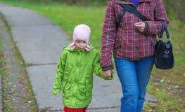 Όμορφο μικρό κορίτσι με τη μητέρα Στοκ Εικόνες