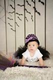 Όμορφο μικρό κορίτσι με το κάτω σύνδρομο σε ένα κοστούμι μια μικρή μάγισσα Στοκ Εικόνα