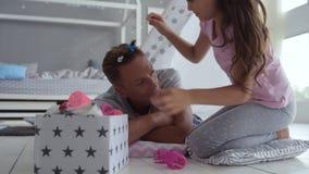 Όμορφο μικρό κορίτσι που κάνει ένα hairstyle για τον αγαπώντας πατέρα της απόθεμα βίντεο