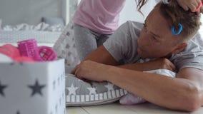 Όμορφο μικρό κορίτσι που κάνει ένα hairstyle για τον πατέρα του απόθεμα βίντεο
