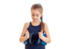 Όμορφο μικρό κορίτσι που κρατά τα μπλε εγκιβωτίζοντας γάντια Στοκ φωτογραφίες με δικαίωμα ελεύθερης χρήσης