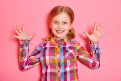 Όμορφο μικρό κορίτσι που στέκεται με τα αυξημένα χέρια Στοκ φωτογραφία με δικαίωμα ελεύθερης χρήσης