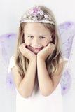 Όμορφο μικρό κορίτσι που φορά diadem και πεταλούδων τα φτερά Στοκ Εικόνες