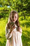 Όμορφο μικρό κορίτσι που χρησιμοποιεί το τηλέφωνό της στοκ εικόνα με δικαίωμα ελεύθερης χρήσης