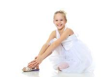 Όμορφο μικρό κορίτσι σε ένα άσπρο φόρεμα Στοκ φωτογραφίες με δικαίωμα ελεύθερης χρήσης