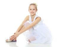 Όμορφο μικρό κορίτσι σε ένα άσπρο φόρεμα Στοκ φωτογραφία με δικαίωμα ελεύθερης χρήσης