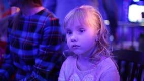 Όμορφο μικρό κορίτσι σε μια έναρξη αναμονής νυχτερινών κέντρων διασκέδασης της επίδειξης απόθεμα βίντεο