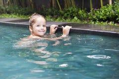 Όμορφο μικρό κορίτσι στην πισίνα Στοκ Εικόνες