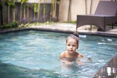 Όμορφο μικρό κορίτσι στην πισίνα Στοκ φωτογραφία με δικαίωμα ελεύθερης χρήσης