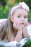 Όμορφο μικρό κορίτσι στην πράσινη χλόη Στοκ φωτογραφία με δικαίωμα ελεύθερης χρήσης