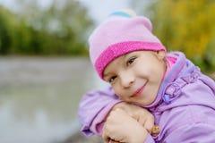 Όμορφο μικρό κορίτσι στην πόλη φθινοπώρου Στοκ Φωτογραφία