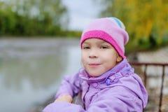Όμορφο μικρό κορίτσι στην πόλη φθινοπώρου Στοκ Εικόνες