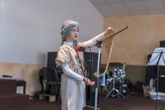 όμορφο μικρό κορίτσι στη σκηνή με την παλαιά περγαμηνή Στοκ φωτογραφία με δικαίωμα ελεύθερης χρήσης