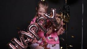 """Όμορφο μικρό κορίτσι στο κόκκινο φόρεμα με ευτυχείς """"επιστολές μπαλονιών τις """"αέρα φιλμ μικρού μήκους"""