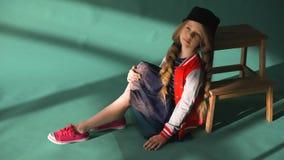 Όμορφο μικρό κορίτσι στο κόκκινο φόρεμα απόθεμα βίντεο
