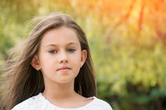 Όμορφο μικρό κορίτσι στο πάρκο, με μακρυμάλλη και και ένα swee στοκ φωτογραφίες