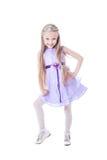 Όμορφο μικρό κορίτσι στο πορφυρό φόρεμα στοκ εικόνες με δικαίωμα ελεύθερης χρήσης
