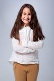 Όμορφο μικρό κορίτσι τα όπλα που διασχίζονται με στοκ φωτογραφία με δικαίωμα ελεύθερης χρήσης