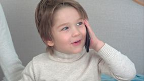 Όμορφο μικρό παιδί που μιλά στο τηλέφωνο στοκ εικόνα με δικαίωμα ελεύθερης χρήσης