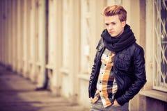 Όμορφο μοντέρνο άτομο υπαίθριο Στοκ Φωτογραφίες