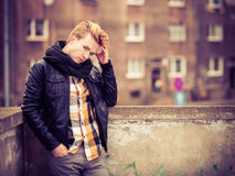 Όμορφο μοντέρνο άτομο υπαίθριο Στοκ φωτογραφία με δικαίωμα ελεύθερης χρήσης