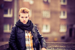 Όμορφο μοντέρνο άτομο υπαίθριο Στοκ φωτογραφίες με δικαίωμα ελεύθερης χρήσης