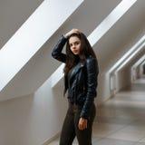Όμορφο μοντέρνο κορίτσι στο δωμάτιο στο υπόβαθρο του αέρα Στοκ Εικόνα