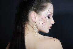 Όμορφο μοντέρνο κορίτσι στο σκοτεινό υπόβαθρο με το διαμάντι Στοκ Φωτογραφία