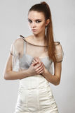 Όμορφο μοντέρνο κορίτσι στο φόρεμα γοητείας Στοκ Εικόνες