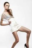 Όμορφο μοντέρνο κορίτσι στο φόρεμα γοητείας Στοκ φωτογραφία με δικαίωμα ελεύθερης χρήσης