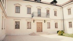 Όμορφο μοντέρνο παλαιό σπίτι στην Ευρώπη απόθεμα βίντεο
