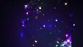 Όμορφο μπαλόνι με τα ζωηρόχρωμα οδηγημένα φω'τα στο μπλε υπόβαθρο Κόμμα/υπόβαθρο διακοπών φιλμ μικρού μήκους