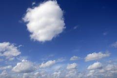 όμορφο μπλε ηλιόλουστο &l Στοκ φωτογραφία με δικαίωμα ελεύθερης χρήσης