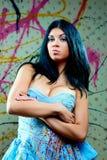 όμορφο μπλε κορίτσι φορεμάτων που φαίνεται προκλητικό Στοκ εικόνα με δικαίωμα ελεύθερης χρήσης