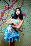 όμορφο μπλε κορίτσι φορεμάτων που φαίνεται προκλητικό Στοκ φωτογραφία με δικαίωμα ελεύθερης χρήσης
