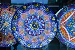 Όμορφο μπλε πιάτο με το παραδοσιακό τουρκικό σχέδιο λουλουδιών Στοκ φωτογραφία με δικαίωμα ελεύθερης χρήσης